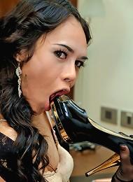 Wild ladyboy fucks her ass with shoe